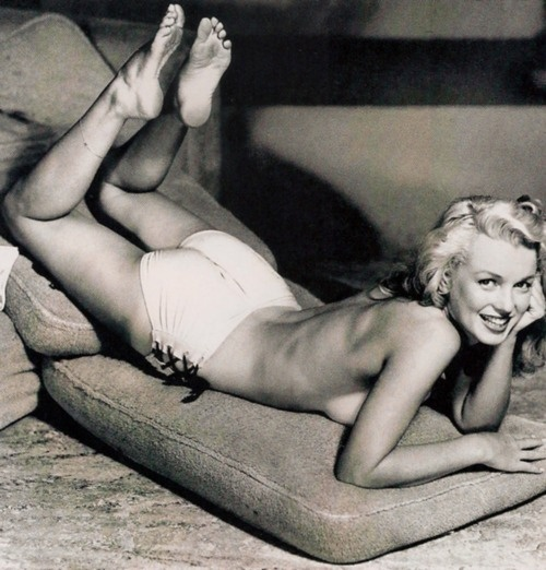 Marilyn Monroe in super cute undies.